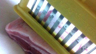 ベーコン・肉類の燻製に必須!肉筋切り器ミートソフター